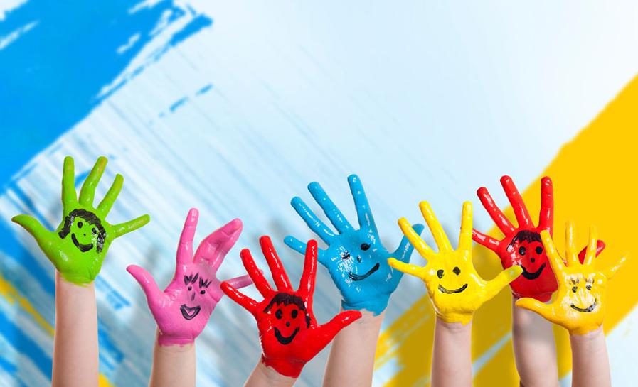 彩色油漆涂染的手中的笑脸2.jpg